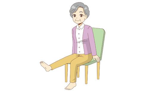 椅子に座ったまま足の体操を行う高齢者(運動・椅子体操/介護・生活)